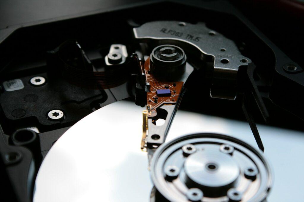Eine Festplatte wurde aufgescchraubt