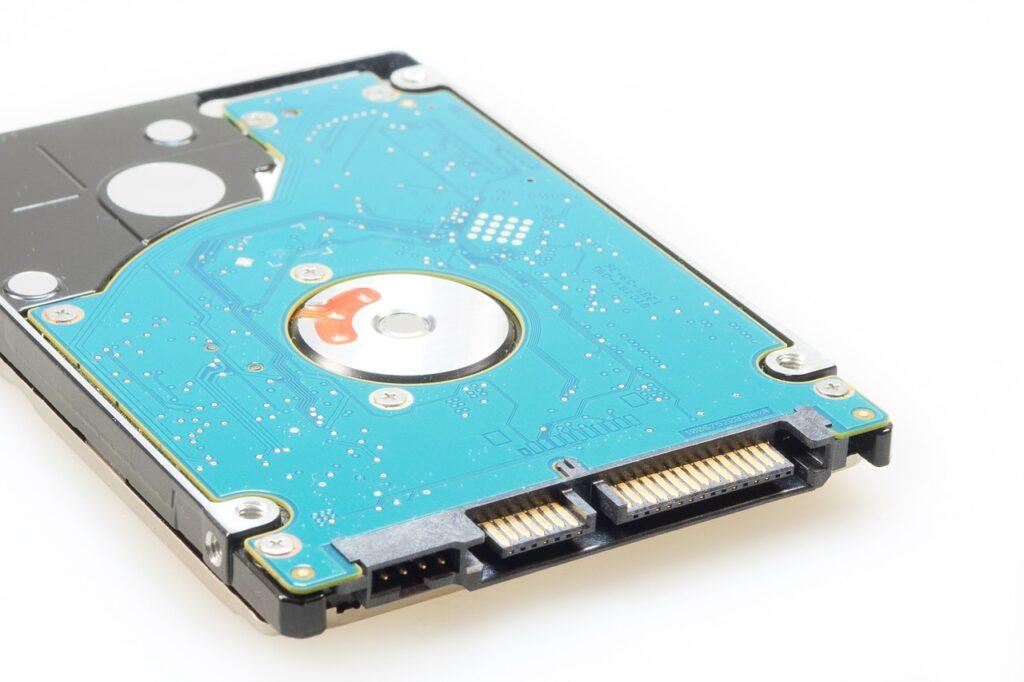 Eine SSD liegt vor einem weißen Untergrund