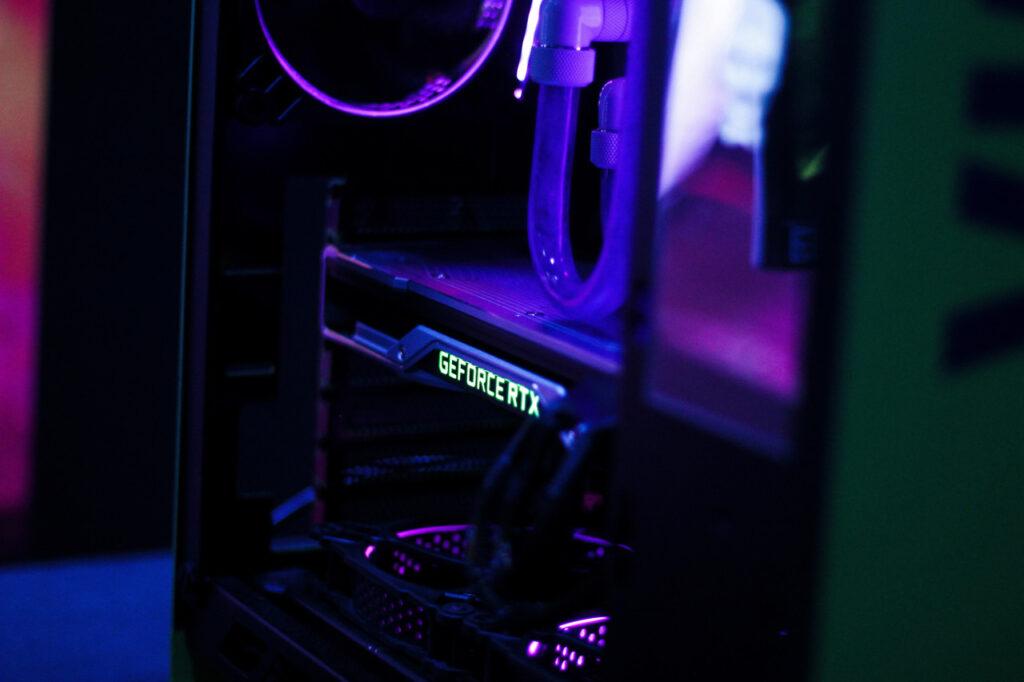 Ein PC-Gehäuse ist ausgeleuchtet. Darin sieht man eine GeForce-Grafikkarte